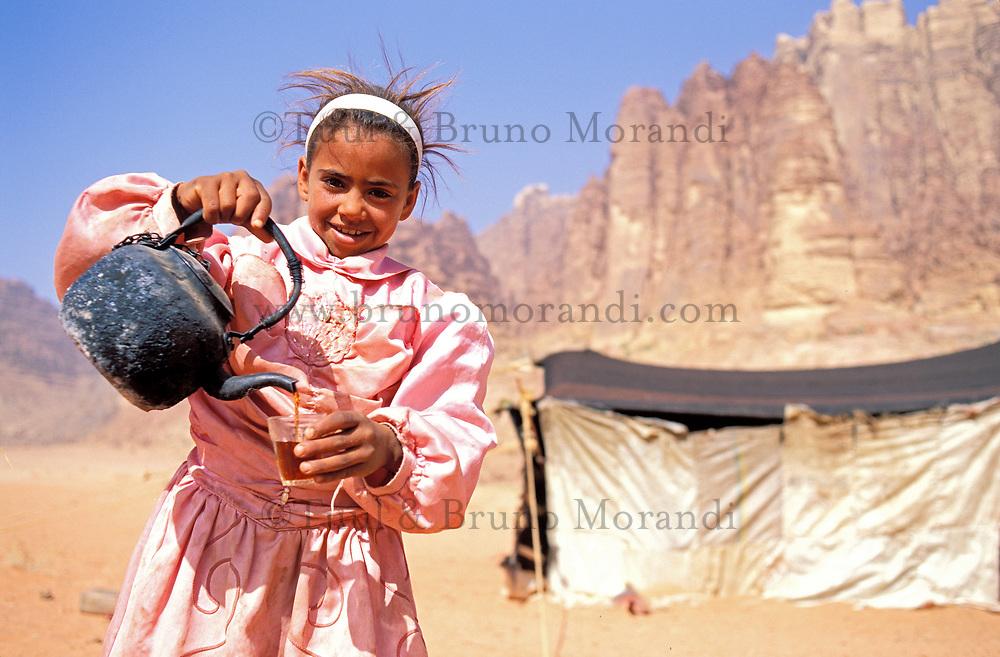 Jordanie - Wadi Rum - Jeune fille Bedouin offre du thé