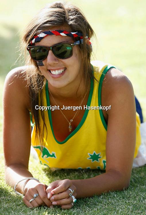 Australien, Melbourne, Sport, Tennis, Grand Slam Tournament, Melbourne Park, Australian Open 2010,.Tennis Fan relaxed auf dem Rasen neben dem Court...Foto: Juergen Hasenkopf..