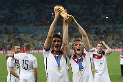 13.07.2014, Maracana, Rio de Janeiro, BRA, FIFA WM, Deutschland vs Argentinien, Finale, im Bild Andre Schuerrle (GER) und Mats Hummels (GER) mit dem WM-Pokal // during Final match between Germany and Argentina of the FIFA Worldcup Brazil 2014 at the Maracana in Rio de Janeiro, Brazil on 2014/07/13. EXPA Pictures © 2014, PhotoCredit: EXPA/ Eibner-Pressefoto/ Cezaro<br /> <br /> *****ATTENTION - OUT of GER*****