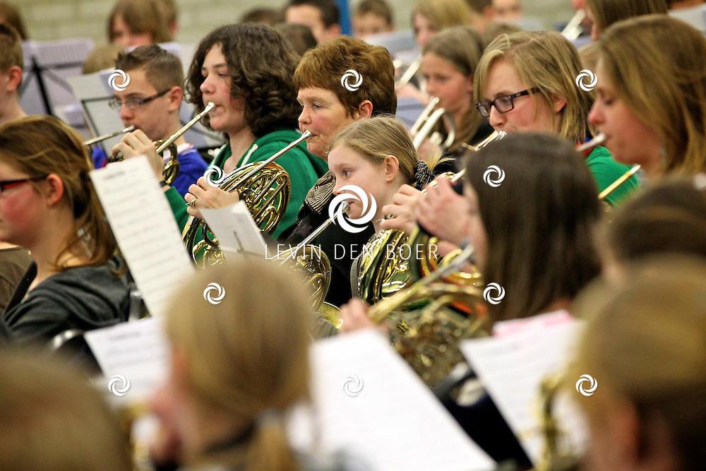 AALST - In sporthal De Maaijenbogerd is de jaarlijkse  Jeugdmuziekdag. Georganiseerd door Stichting Jeugd en Muziek. Hele dag repeteren jonge muzikanten voor het concert die dezelfde avond nog gehouden word. Het thema dit jaar is Een reis door de tijd. FOTO LEVIN DEN BOER - PERSFOTO.NU