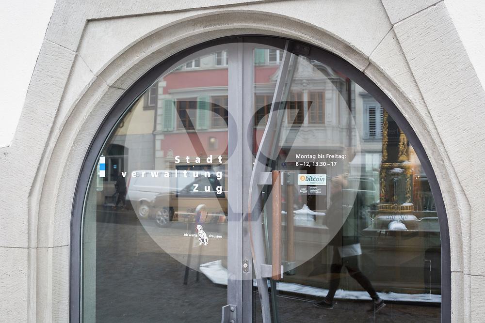SCHWEIZ - ZUG - Bitcoin-Aufkleber an der Eingangstüre zum Stadthaus - 01. März 2018 © Raphael Hünerfauth - http://huenerfauth.ch