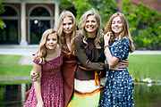 Zomerfotosessie 2019 bij Paleis Huis ten Bosch in Den Haag<br /> <br /> Summer photo session 2019 at Palace Huis ten Bosch in The Hague<br /> <br /> Op de foto / On the photo: koningin Maxima met prinses Amalia, prinses Ariane en prinses Alexia <br /> <br /> Queen Maxima with Princess Amalia, Princess Ariane and Princess Alexia