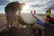 De Eta van het Candese Aerovelo wordt klaar gezet voor de eerste recordpoging. In Battle Mountain (Nevada) wordt ieder jaar de World Human Powered Speed Challenge gehouden. Tijdens deze wedstrijd wordt geprobeerd zo hard mogelijk te fietsen op pure menskracht. Ze halen snelheden tot 133 km/h. De deelnemers bestaan zowel uit teams van universiteiten als uit hobbyisten. Met de gestroomlijnde fietsen willen ze laten zien wat mogelijk is met menskracht. De speciale ligfietsen kunnen gezien worden als de Formule 1 van het fietsen. De kennis die wordt opgedaan wordt ook gebruikt om duurzaam vervoer verder te ontwikkelen.<br /> <br /> The Eta Speedbike of Aerovelo is getting ready for the first record atempt. In Battle Mountain (Nevada) each year the World Human Powered Speed Challenge is held. During this race they try to ride on pure manpower as hard as possible. Speeds up to 133 km/h are reached. The participants consist of both teams from universities and from hobbyists. With the sleek bikes they want to show what is possible with human power. The special recumbent bicycles can be seen as the Formula 1 of the bicycle. The knowledge gained is also used to develop sustainable transport.