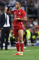FUSSBALL CHAMPIONS LEAGUE  SAISON 2016/2017 VIERTELFINALE RUECKSPIEL Real Madrid - FC Bayern Muenchen          18.04.2017 Trinkpause bei Thiago Alcantara (FC Bayern Muenchen)