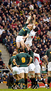 2004 England vs South Africa - Investec Challenge - Twickenham..South Africian Schalk Berger [left] and Steve Borthwick stretch out for the line out ball...20.11.2004 Photo  Peter Spurrier. .email images@intersport-images.com...