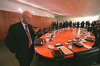 15 OCT 2003, BERLIN/GERMANY:<br /> Peter Struck, SPD, Bundesverteidigungsminister, vor Beginn einer Kabinettsitzung, Bundeskanzleramt<br /> IMAGE: 20031015-01-01-04<br /> KEYWORDS: Kabinett, Sitzung, Kabinettstisch, Pfeife, raucht, Rauchen