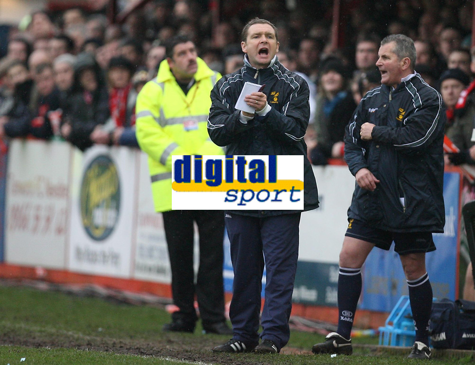 Photo: Rich Eaton.<br /> <br /> Tamworth FC v Norwich City. The FA Cup. 06/01/2007. Peter Grant, manager of Norwich City left encourages his team