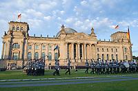 20 JUL 2008, BERLIN/GERMANY:<br /> Feierliches Geloebnis von Rekruten des Wachbataillons der Bundeswehr auf dem Platz der Republik vor dem Reichstagsgebaeude<br /> KEYWORDS: Soldat, Soldaten, Deutscher Bundestag, Oeffentliches Geloebnis, Öffentliches Gelöbnis, Vereidigung, Rekrutengelöbnis, Reichstag, Reichstagsgebäude<br /> IMAGE: 20080720-01-037