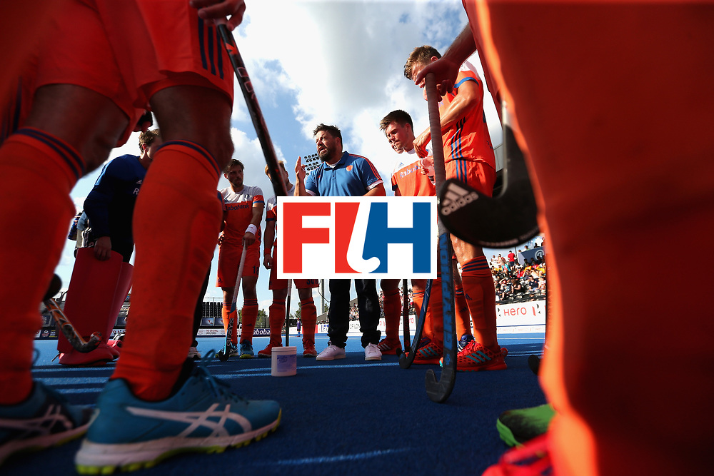 LONDON, ENGLAND - JUNE 17: The Netherlands team huddle at the first break during the Hero Hockey World League Semi Final match between Scotland and Netherlands at Lee Valley Hockey and Tennis Centre on June 17, 2017 in London, England.  (Photo by Alex Morton/Getty Images)