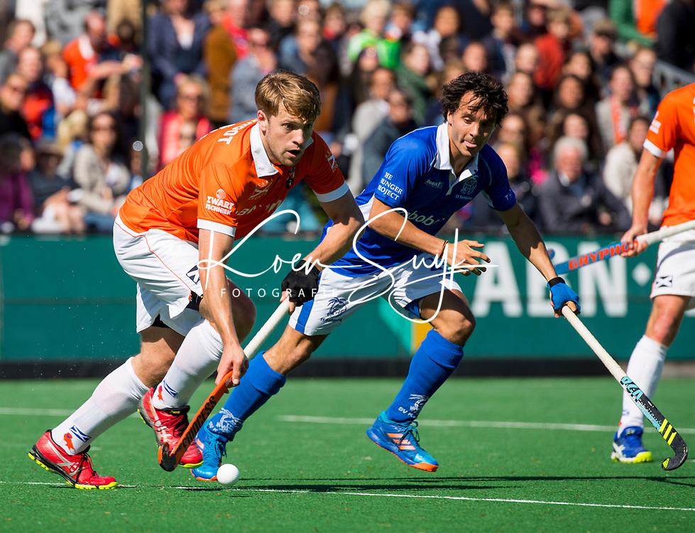 BLOEMENDAAL  -   Mats de Groot (Bloemendaal) met Pepijn Luijkx (Kampong)  tijdens  de play offs heren hoofdklasse Bloemendaal-Kampong (0-2) . Kampong plaatst zich voor de finale.  COPYRIGHT KOEN SUYK