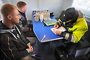 Nederland, A1, 1-4-2010Grenscontrole door de Douane en Marechaussee aan de grens met Duitsland. Twee Polen krijgen een proces verbaal. De man vooraan had een ploertendoder in de auto. In Polen is die toegestaan, in Nederland niet. Hij was hier niet van op de hoogte. Het slagwapen werd in beslag genomen.Foto: Flip Franssen/Hollandse Hoogte