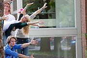 Studenten voeren een kunst uit bij park Lepelenburg in Utrecht als oderdeel van de introductiedagen. Vandaag zijn in Utrecht de introductiedagen, onder de noemer UIT, van start gegaan. Eerstejaars studenten maken onder begeleiding van ouderejaars kennis met elkaar en de stad waar ze gaan studeren.<br /> <br /> Students are posing in a strange position during their introduction week at the Utrecht University.