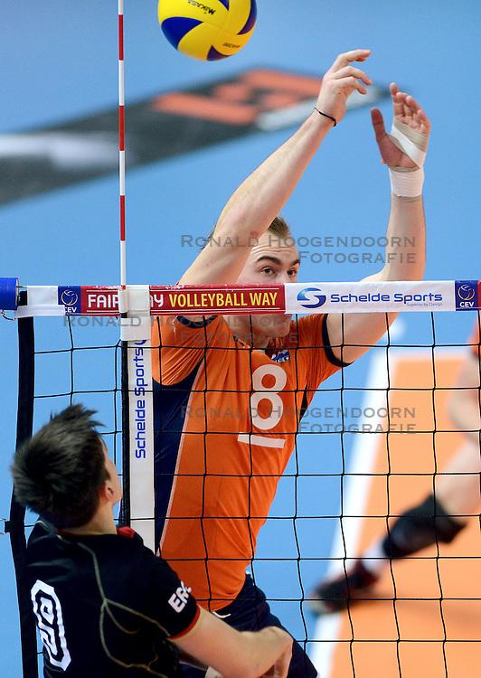 11-01-2015 NED: FIVB U21 WK kwalificatie Nederland - Duitsland, Zwolle<br /> Hidde Boswinkel #8, Moritz Reichert #9