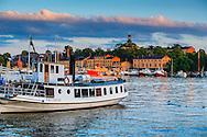 Fartyg en sommarkväll vid restaurangen Ångbåtsbryggan vid Nybroviken Strandvägen i Stockholm