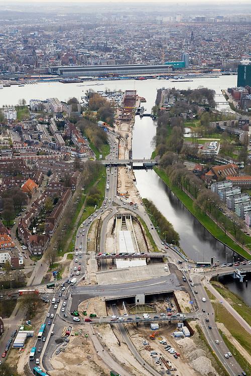 Nederland, Noord-Holland, Amsterdam-Noord, 16-04-2008; kruising Nieuwe Leeuwarderweg met Johan van Hasseltweg (bijnaam: het Meeuwenei), toerit tot IJ-tunnel, aanleg Noord-Zuidlijn; rechts het Noordhollands Kanaal; aan de andere kant van het IJ het Centraal Station, rechts aan het IJ Overhoeks (voorheen Shell-terrein)..luchtfoto (toeslag); aerial photo (additional fee required); .foto Siebe Swart / photo Siebe Swart