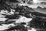 Die Bergseen Crap Alv Laiets oberhalb des Albulapasses im Parc Ela im Kanton Graubünden an einem gewittrigen Frühlingsabend im Juni mit Blick auf den Piz Palpuogna und den Piz Ela ins Albulatal