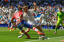 05.04.2015, Estadio Santiago Bernabeu, Madrid, ESP, Primera Division, Real Madrid vs FC Granada, 29. Runde, im Bild Real Madrid´s Asier Illarramendi and Granada´s Eddy Pascual // during the Spanish Primera Division 29th round match between Real Madrid CF and Granada FC at the Estadio Santiago Bernabeu in Madrid, Spain on 2015/04/05. EXPA Pictures © 2015, PhotoCredit: EXPA/ Alterphotos/ Luis Fernandez<br /> <br /> *****ATTENTION - OUT of ESP, SUI*****