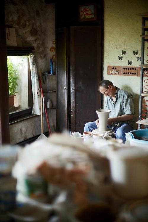 Tenno (TN) -  il vasaio Eugenio Pachner al lavoro.