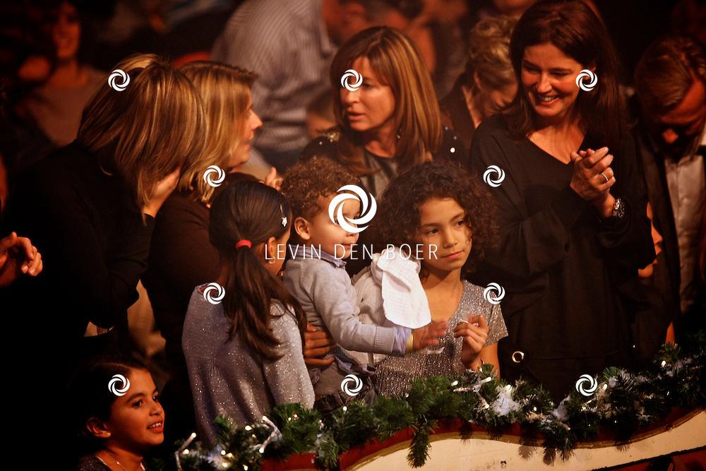 HELMOND - In de tent van Circus Herman Renz werden de opnames van de RTL4 KidsRights KerstSterrenCircus opgenomen. Met op de foto Humberto zijn vrouw Ineke, zoon Benjamin en hun twee dochters. FOTO LEVIN DEN BOER / PERSFOTO.NU