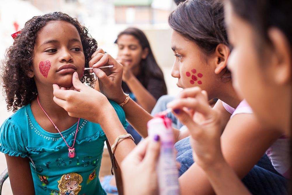 Jóvenes del programa Casa Universitaria Padre Alberto Hurtado (CUPAH) durante las actividades organizadas en el barrio San Miguel de la Vega. Caracas, Nov. 16, 2013 (Foto/Ivan Gonzalez)