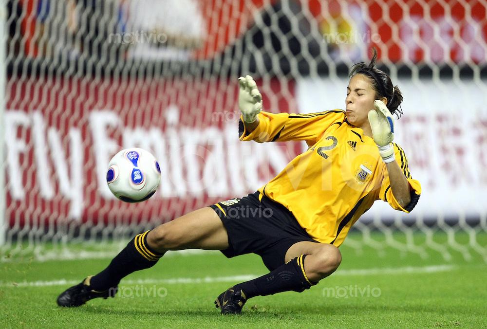 Fussball   International  5. FIFA Frauen Weltmeisterschaft in China    Eroeffnungsspiel Deutschland - Argentinien Germany vs. Argentina Torwaertin Vanina CORREA (ARG) kann das Tor nicht verhindern.