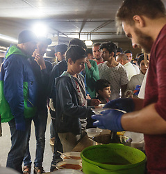 14.09.2015, Hauptbahnhof Salzburg, AUT, Fluechtlinge am Hauptbahnhof Salzburg auf ihrer Reise nach Deutschland, im Bild Flüchtlinge bei der Essensausgabe // Migrants at food distribution. Thousands of refugees fleeing violence and persecution in their own countries continue to make their way toward the EU, Main Train Station, Salzburg, Austria on 2015/09/14. EXPA Pictures © 2015, PhotoCredit: EXPA/ JFK