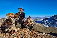 Mongolie, province de Bayan-Olgii, chasseur à l'aigle Kazakh, chasse à l'aigle royal en hiver dans les monts Altai // Mongolia, Bayan-Olgii province, Kazakh eagle hunter, Golden Eagle hunting in Altai mountains, winter season
