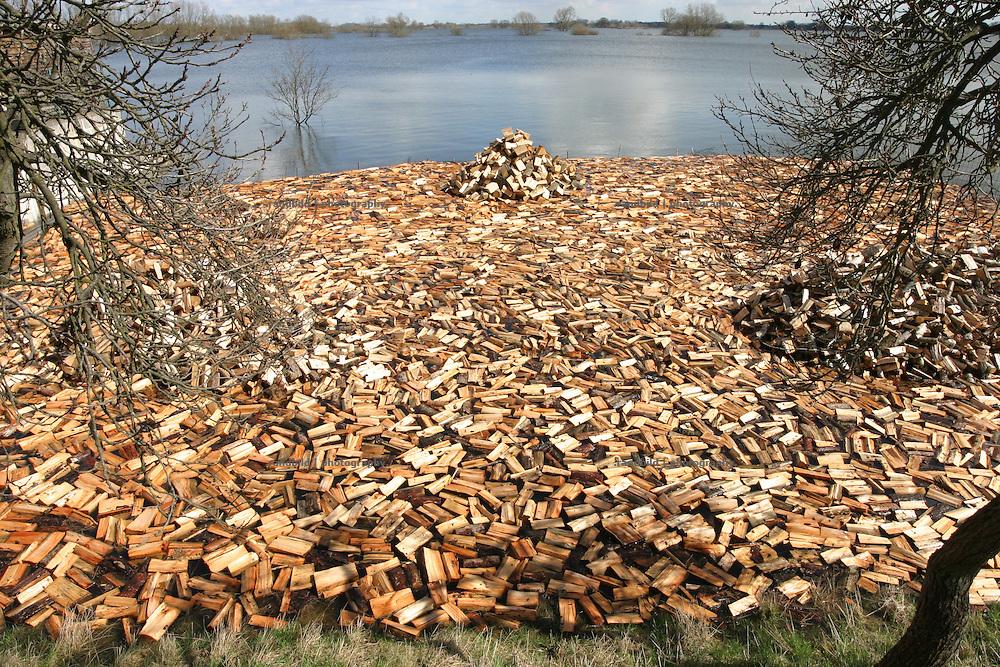 In einem umzäunten Garten, der vom Elbehochwasser überflutet ist, schwimmt fertiges Brennholz auf der Wasseroberfläche...fire wood swims on the water of the elbe floods in Hitzacker.