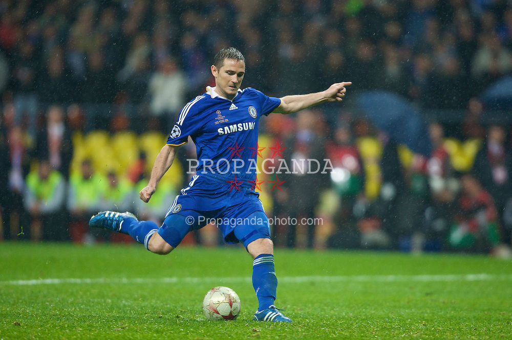 MOSCOW, RUSSIA - Wednesday, May 21, 2008: Chelsea's Frank Lampard scores a penalty during the shoot-out against Manchester United during the UEFA Champions League Final at the Luzhniki Stadium. (Photo by David Rawcliffe/Propaganda)