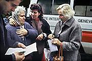 Kroatie, Zagreb, 23-11-1993Het Rode Kruis heeft een oudere vrouw opgehaald uit de enclave Bihac in Bosnie. Haar dochter en schoonzoon en een vriendin vangen haar op. Zij heeft een brief bij zich van achterblijvers die meteen gelezen wordt Embleem, logo Rode Kruis.Foto: Flip Franssen/Hollandse Hoogte