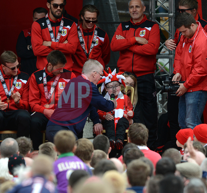 Dave Lloyd speaks with Oskar Pycroft - Photo mandatory by-line: Dougie Allward/JMP - Mobile: 07966 386802 - 04/05/2015 - SPORT - Football - Bristol -  - Bristol City Celebration Tour