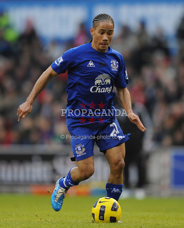 STOKE-ON-TRENT, ENGLAND - Saturday, January 1, 2011: Everton's Steven Pienaar in action during the Premiership match at the Britannia Stadium. (Photo by Chris Brunskill/Propaganda)