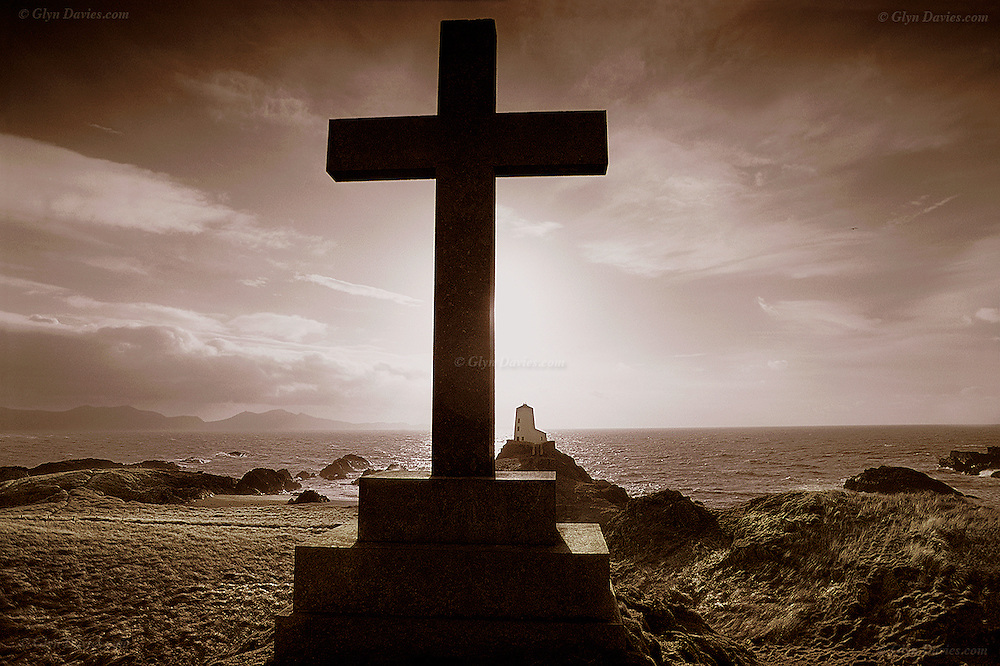 Memorial Cross on Llanddwyn island overlooking Twr Mawr and Caernarfon Bay with the mountains of Yr Eifl in the far distance<br />