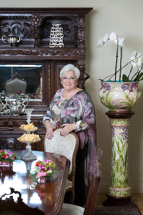 Ana Besandón, cocinera serafrdí en su casa de Madrid.