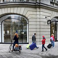 Nederland, Amsterdam , 1 maart 2012..De Apple Store in Amsterdam is de grootste Apple Store ter wereld als het gaat om het aantal producten dat erin staat uitgestald. Dat stelt Apple over de winkel die zaterdagochtend 3 maart wordt geopend. .Foto:Jean-Pierre Jans