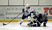 Ishockey<br /> GET Ligaen Eliteserien<br /> Furuset Forum 02.11.06<br /> Foto: Kasper Wikestad<br /> <br /> Furuset - Sparta Sarpsborg<br /> Furusets Teemu Kuusisto med pucken foran Raymond Nielsen