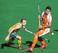 MELBOURNE - Duel tussen Valentin Verga (r) van nederland en Matthew Swann van Australie  tijdens de hockeywedstrijd tussen de mannen van Nederland en Australie bij de Champions Trophy hockey in Melbourne.  ANP KOEN SUYK