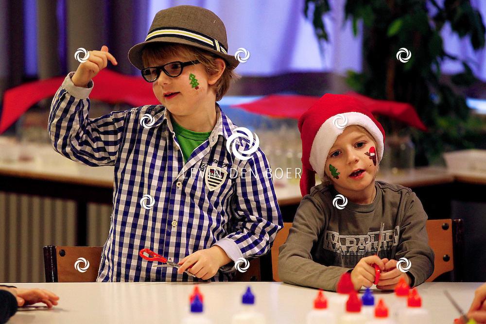HEDEL - In het Gelre's End is er een Kerstmiddag van stichting Jeugdwerk De Molshoop. Honderd kinderen doen mee en maken cupcakes, kerststukjes en lampionnen. FOTO LEVIN DEN BOER - PERSFOTO.NU