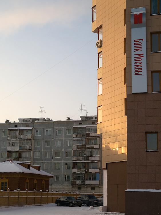 &quot;Bank of Moscow&quot; Filiale in sibirischen Stadt Jakutsk. Jakutsk wurde 1632 gegruendet und feierte 2007 sein 375 jaehriges Bestehen. Jakutsk ist im Winter eine der kaeltesten Grossstaedte weltweit mit durchschnittlichen Winter Temperaturen von -40.9 Grad Celsius. Die Stadt ist nicht weit entfernt von Oimjakon, dem Kaeltepol der bewohnten Gebiete der Erde.<br /> <br /> &quot;Bank of Moscow&quot; office in the Siberian city Jakutsk. Yakutsk was founded in 1632 and celebrated 2007 the 375th anniversary - billboard announcing the celebration. Yakutsk is a city in the Russian Far East, located about 4 degrees (450 km) below the Arctic Circle. It is the capital of the Sakha (Yakutia) Republic (formerly the Yakut Autonomous Soviet Socialist Republic), Russia and a major port on the Lena River. Yakutsk is one of the coldest cities on earth, with winter temperatures averaging -40.9 degrees Celsius.