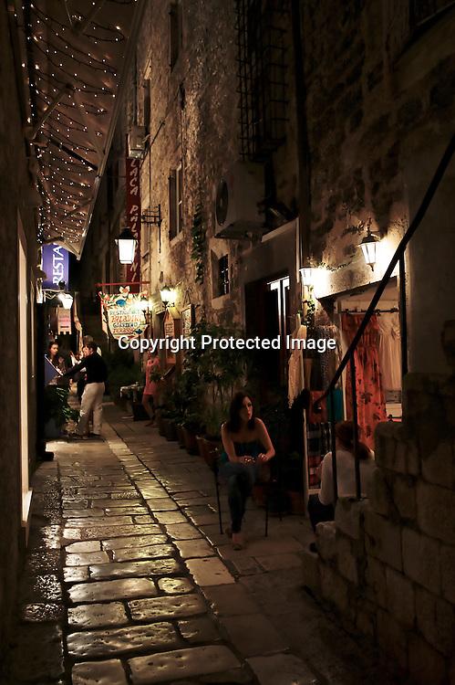 Bar, shop de créateurs, et bonnes tables se partagent les minuscules ruelles de Hvar .où le murmure des siècles suinte des murs des anciens palais et des dalles lustrées par les âges..