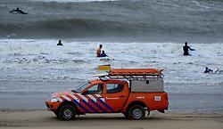 16-08-2014 NED: NK Beachvolleybal 2014, Scheveningen<br /> Harde wind en grote golven op de Noordzee goed voor surfers en kite surfers maar niet voor het beachvolleybal. De politie en reddingsbrigade hield een oogje in het zeil