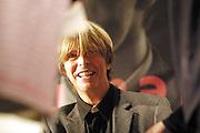 06 OCT 2002 MILANO : ALLA LIBRERIA FELTRINELLI DI PIAZZA PIEMONTE DAVID BOWIE HA FIRMATO AUTOGRAFI IN OCCASIONE DELL'USCITA DEL SUO NUOVO DISCO DELLA SONY MUSIC; L'ARTISTA AL TAVOLO DELLA FIRMA. © CARLO CERCHIOLI