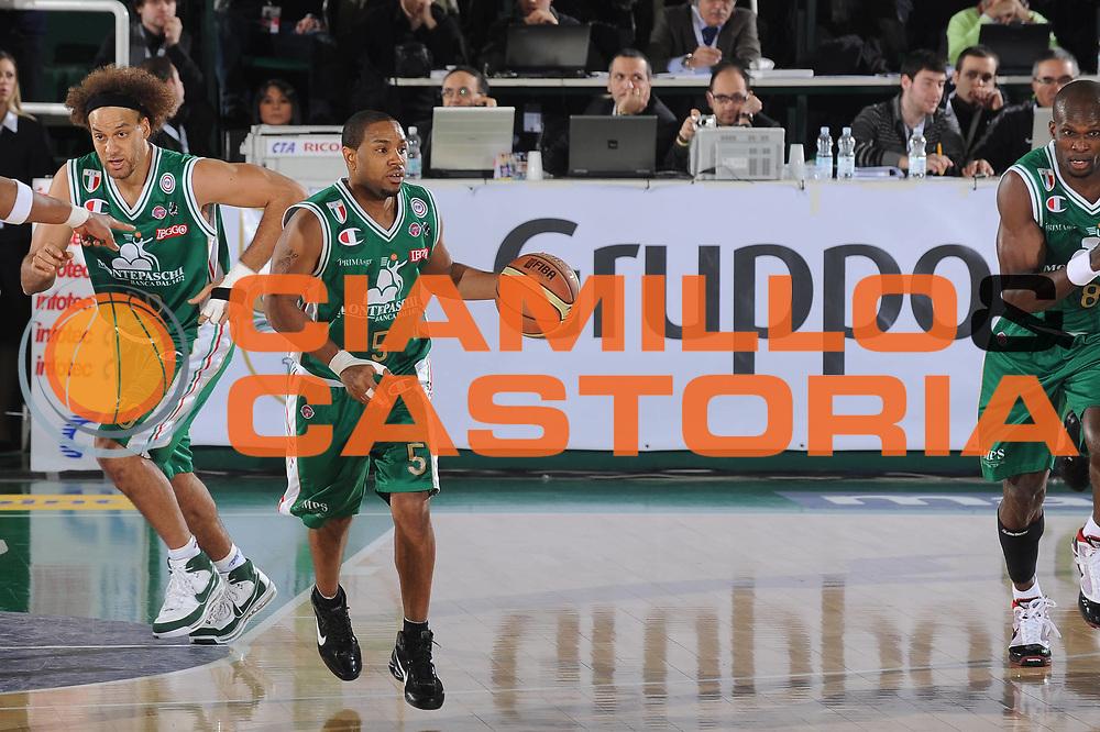DESCRIZIONE : Avellino Final 8 Coppa Italia 2010 Finale Montepaschi Siena Canadian Solar Virtus Bologna<br /> GIOCATORE : Terrell Mc Intyre <br /> SQUADRA : Montepaschi Siena<br /> EVENTO : Final 8 Coppa Italia 2010 <br /> GARA : Montepaschi Siena Canadian Solar Virtus Bologna<br /> DATA : 21/02/2010<br /> CATEGORIA : palleggio contropiede<br /> SPORT : Pallacanestro <br /> AUTORE : Agenzia Ciamillo-Castoria/GiulioCiamillo<br /> Galleria : Lega Basket A 2009-2010 <br /> Fotonotizia : Avellino Final 8 Coppa Italia 2010 Finale Montepaschi Siena Canadian Solar Virtus Bologna<br /> Predefinita :