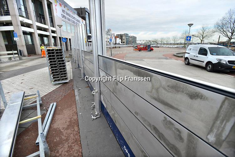 Nederland, Nijmegen, 22-11-2016Medewerkers van een aanmemersbedrijf bouwen de hoogwaterkering van de Waalkade op. Waterschap Rivierenland moet om de 5 jaar dit opbouwen oefenen om bij een calamiteit niet voor verrassingen te komen .  Na de bijna-ramp in 1995, is de veiligheidsnorm voor hoogwater in de rivier de Waal sterk verhoogd . De keing bestaat uit aluminium schotten die tussen staanders worden geschoven . In het beton zijn damwanden die diep de bodem zijn ingeslagen.Foto: Flip Franssen