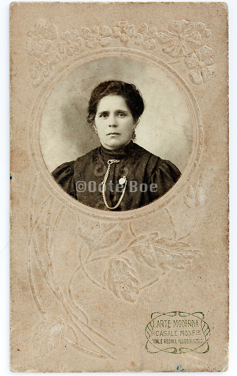 round portrait of adult woman 1900s set in a flower ornamental passe-partout