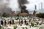 l'hommage du peuple Tunisien à Chokri Belaid fut perturbé par incidents entre jeunes casseurs et la police anti-emeutes. Des voitures sont brulées