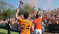 AMSTELVEEN -  Robert van de Horst van OZ en Marcel Balkestein van OZ   na de beslissende finalewedstrijd om het Nederlands kampioenschap hockey tussen de mannen van Amsterdam en Oranje Zwart (2-3).  COPYRIGHT KOEN SUYK
