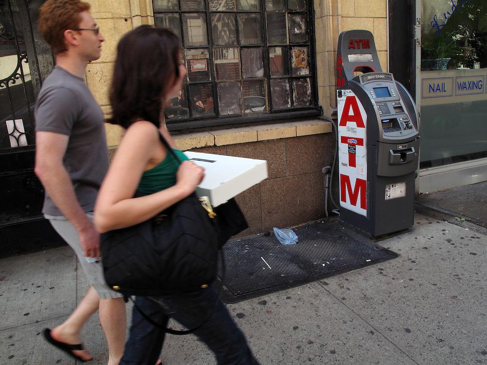 Geldautomaten in New York City USA Lower East Side automated Teller Machines ATM Geld Konsum Handel Kredit.In New York gibt es fast keinen Laden mehr ohne Geldautomat vor oder in dem dem Geschaeft. Zehn bis fuenfzehn Automaten in einer Strasse sind keine Seltenheit. Meist werden sie schnell mit lokaler Werbung und Kleinanzeigen beklebt. Immer mehr werden gestohlen und nach Entleerung in diversen Gewaessern entsorgt. Die Diebe rammen die ATMs oft rueckwaerts mit einem Kleinlastwagen aus der Verankerung und transportieren sie dann ab..There is hardly any store in New York without an ATM. Ten or fifteen machines on one block is common. Most are quickly covered with local advertising and personal notes. ATM theft is on the rise, pickup trucks are used to steal whole machines which are later dumped in rivers and lakes around New York.