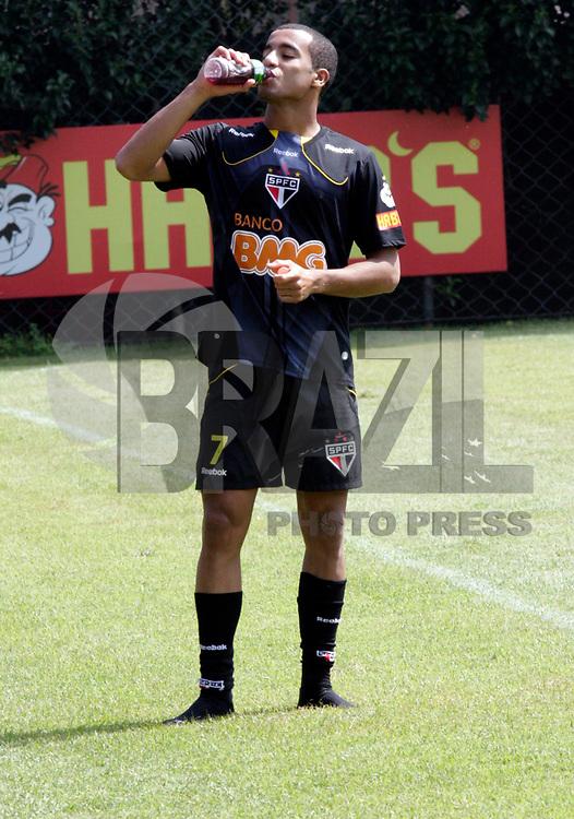 SÃO PAULO, SP, 18 DE FEVEREIRO DE 2011 - TREINO DO SÃO PAULO FC -  O jogador Lucas durante treino preparatório da equipe do São Paulo FC para a partida contra o Bragantino, no CT da Barra Funda, nesta sexta-feira (18). (FOTO: ALE VIANNA / NEWS FREE).