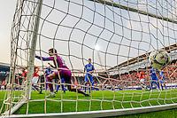 ALKMAAR - 04-10-2015, AZ - FC Twente, AFAS Stadion, 3-1, AZ speler Vincent Janssen (l) scoort hier de 1-0, doelpunt, FC Twente keeper Joel Drommel.